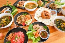 comida-mesa-servida-plato-tradicion-comida-noreste-isaan-deliciosa-plato-verduras-frescas-muchas-variedades-varios-menu-tailandes-comida-asiatica_73523-1925